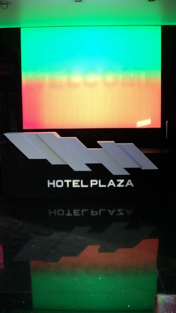 receptie hotel plaza tg mures din corian alb si negru luminat