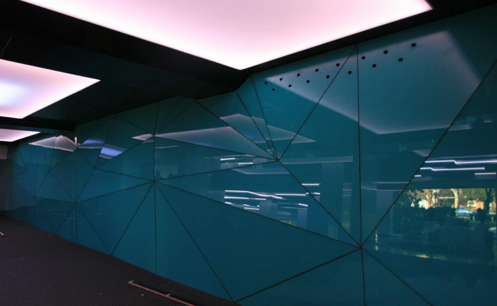perete sticla triangular variabil cu gauri superioare pentru ventilatie spatiu