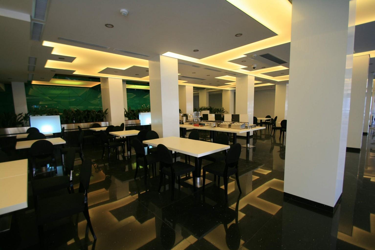 sala restaurant placare stalpi hpl rigato alb placare perete sticla vopsita model tridimensional