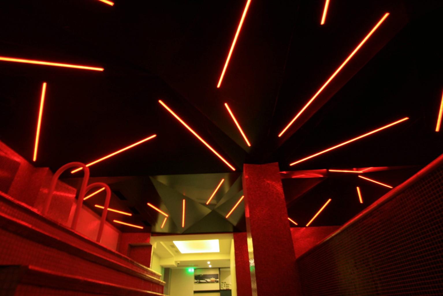 placare tavan spa cu dibond negru lucios model diamant cu iluminare led rosie