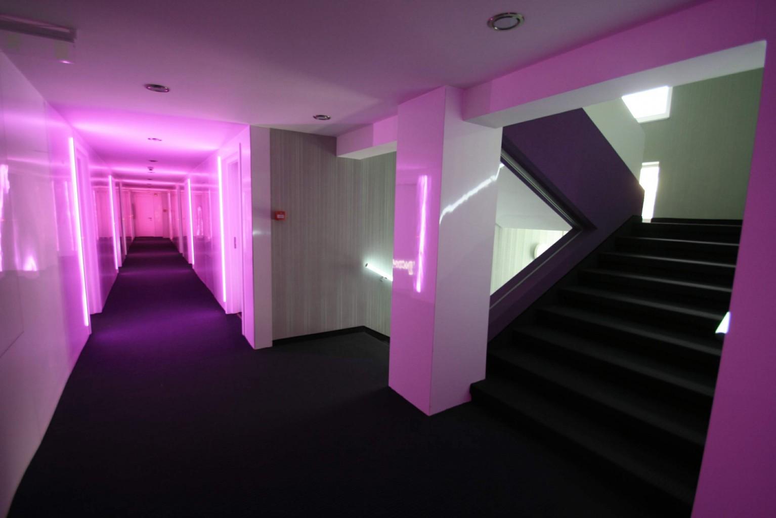 casa scarii hol etaj curent placare hpl alb lucios lumina led rgb