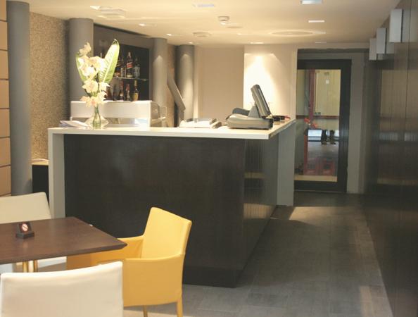 bar-hotel-berthelot-romania-combinatie-de-material-compozit-blat-corian-cu-furnir