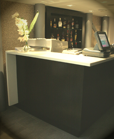bar-hotel-berthelot-romania-combinatie-de-material-compozit-corian-blat-cu-furnir