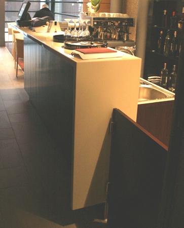 bar-hotel-berthelot-romania-combinatie-de-material-compozit-corian-cu-furnir