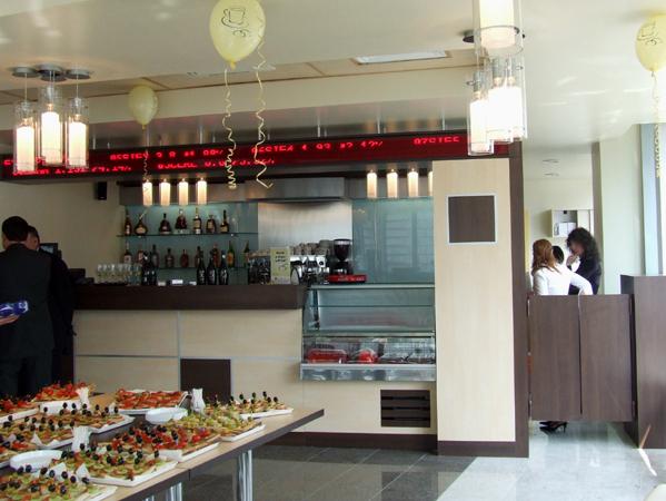 bt-cafe-cluj-mobilier-cafenea-bar-placat-cu-pal-melaminat-cu-insertii-metalice-tavan-fals-casetat-hpl-afisaj-mese-cu-blat-de-pal-melaminat-si-picioare-de-inox