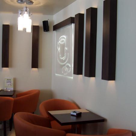 bt-cafe-cluj-mobilier-cafenea-blaturi-de-masa-din-pal-melaminat-picioare-de-inox-lampi-decorative-pe-pereti-din-pal-melaminat-logo-din-plexiglas-iluminat-in-cant