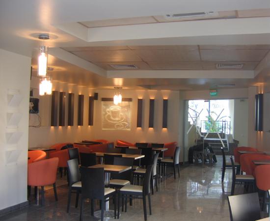 bt-cafe-cluj-mobilier-cafenea-pal-melaminat-cu-insertii-metalice-tavan-fals-casetat-hpl-lampi-decorative-pe-pereti