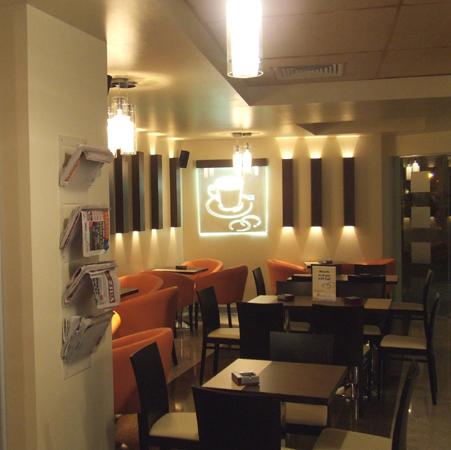 bt-cafe-cluj-mobilier-cafenea-piese-decorative-din-pal-melaminat-insertii-metalice-placari-tavane-cu-hpl-suport-de-ziare-din-plexiglas