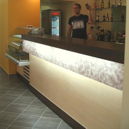 bt-cafe-constanta-bar-combinatie-de-materiale-pal-melaminat-si-plexiglas-cu-folie-decorativa-iluminat-cu-neoane3