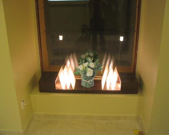 bt-cafe-timisoara-jardiniera-decorativa-combinatie-de-pal-melaminat-cu-fasii-de-plexiglas-luminate