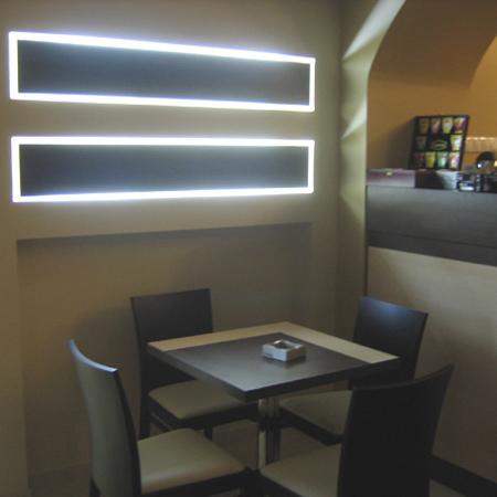 bt-cafe-timisoara-lampi-decorative-pal-melaminat-iluminare-cu-neoane-masa-picior-de-inox