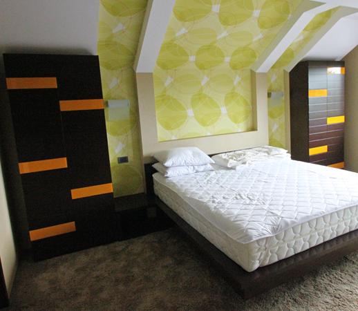 dormitor-mdf-vopsit-usi-cu-insertii-de-sticla-colorata