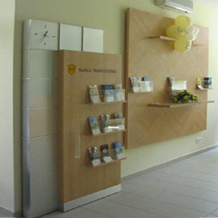 mobilier-banca-transilvania-panou-brosuri-panou-logo-pal-melaminat-si-hpl-plexiglas