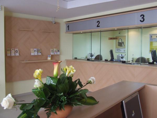 mobilier-banca-transilvania-tejghea-casierii-panou-logo-pal-melaminat-si-hpl-dibond-sticla-blindata