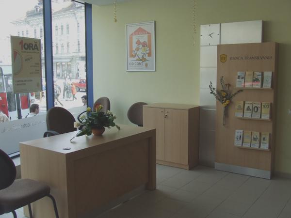 mobilier-de-front-banca-transilvania-birou-panou-pentru-brosuri-pal-melaminat-si-hpl