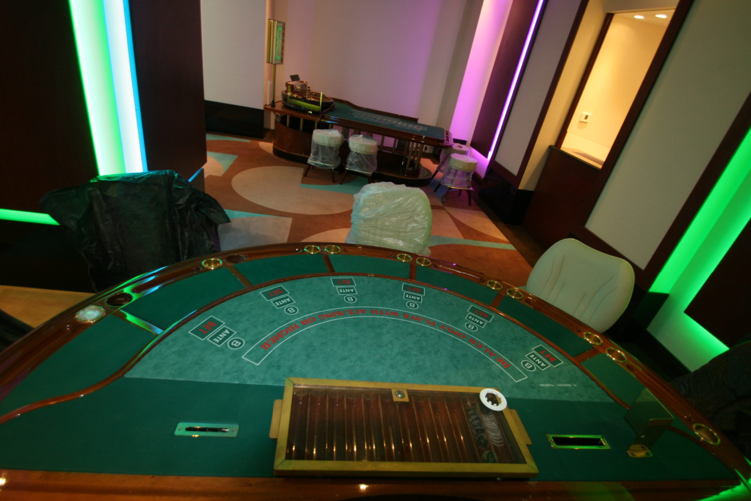 Grand Casino Marriott Bucuresti Bucharest placari pereti rame receptii usi bar bufet240