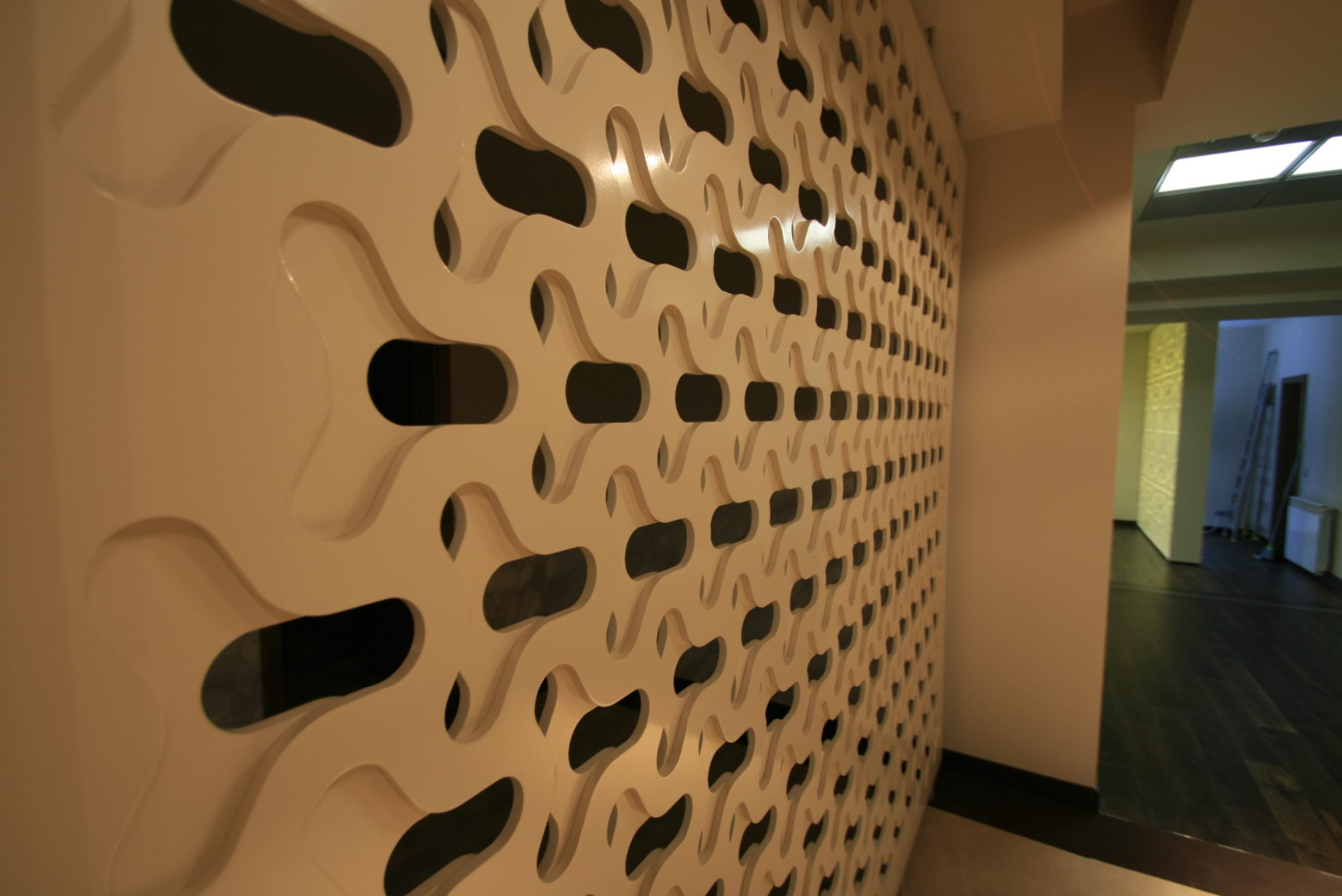 placari pereti corian iluminat led receptie corian termoformat furnir tavan furnir nuc tridimensional mobilier trafoare atipic depa003