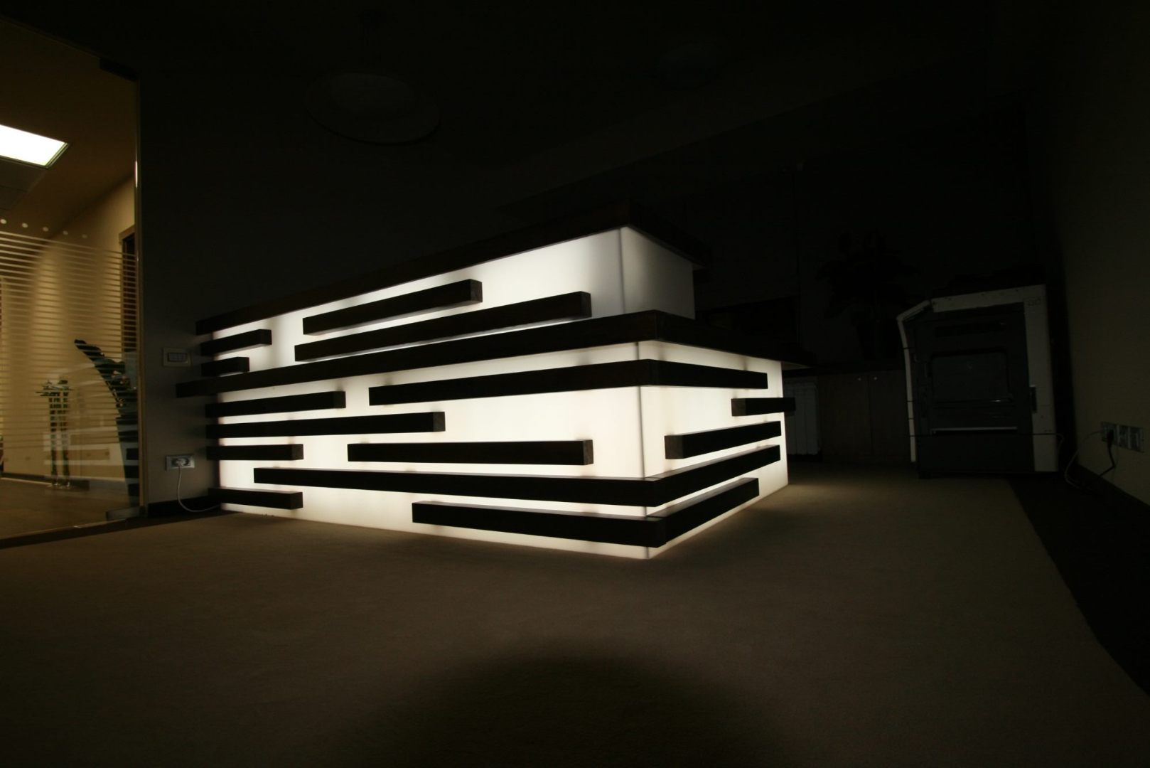 placari pereti corian iluminat led receptie corian termoformat furnir tavan furnir nuc tridimensional mobilier trafoare atipic depa005