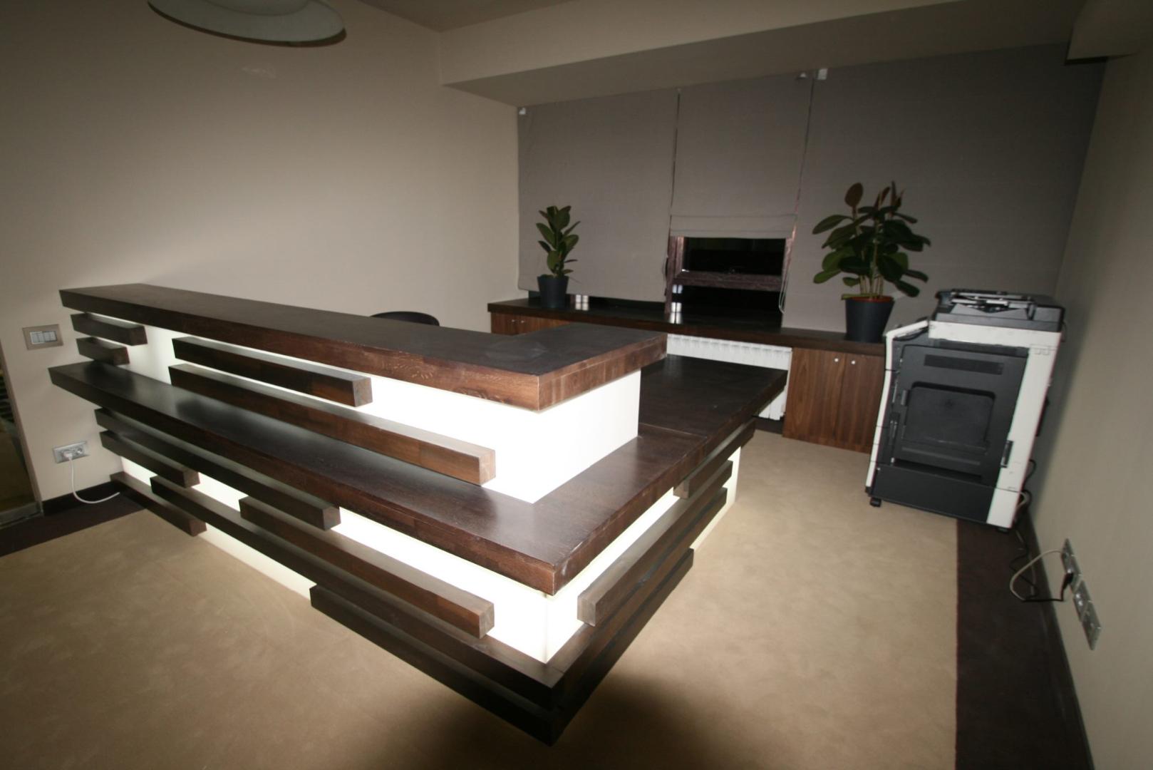placari pereti corian iluminat led receptie corian termoformat furnir tavan furnir nuc tridimensional mobilier trafoare atipic depa006
