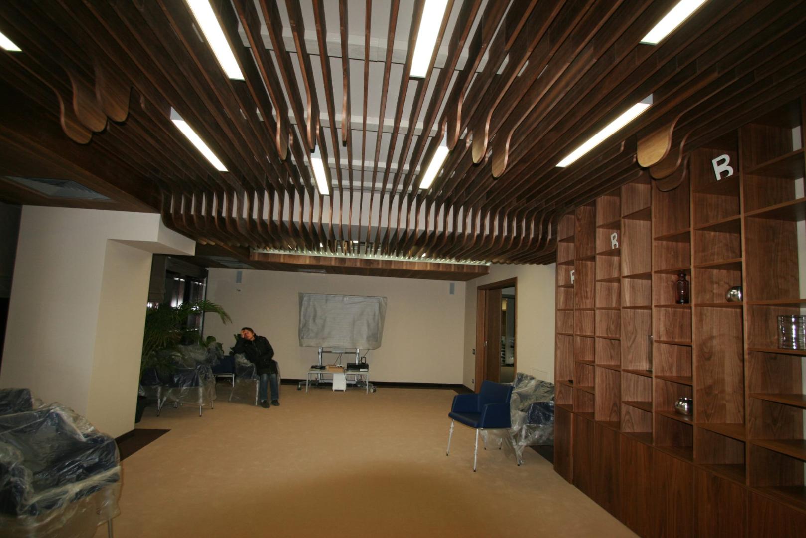 placari pereti corian iluminat led receptie corian termoformat furnir tavan furnir nuc tridimensional mobilier trafoare atipic depa007